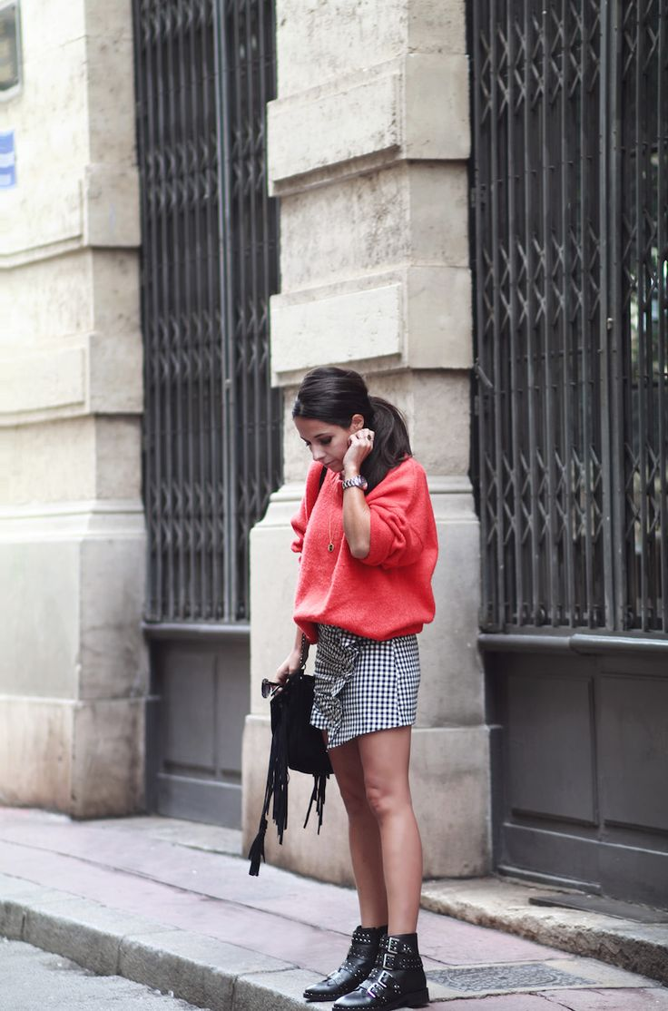 Pull loose rouge orange Zara Jupe vichy à volant Zara Bottines cloutées Topshop style Givenchy Look automne 2016 blog mode tendance Le Petit Monde de Julie