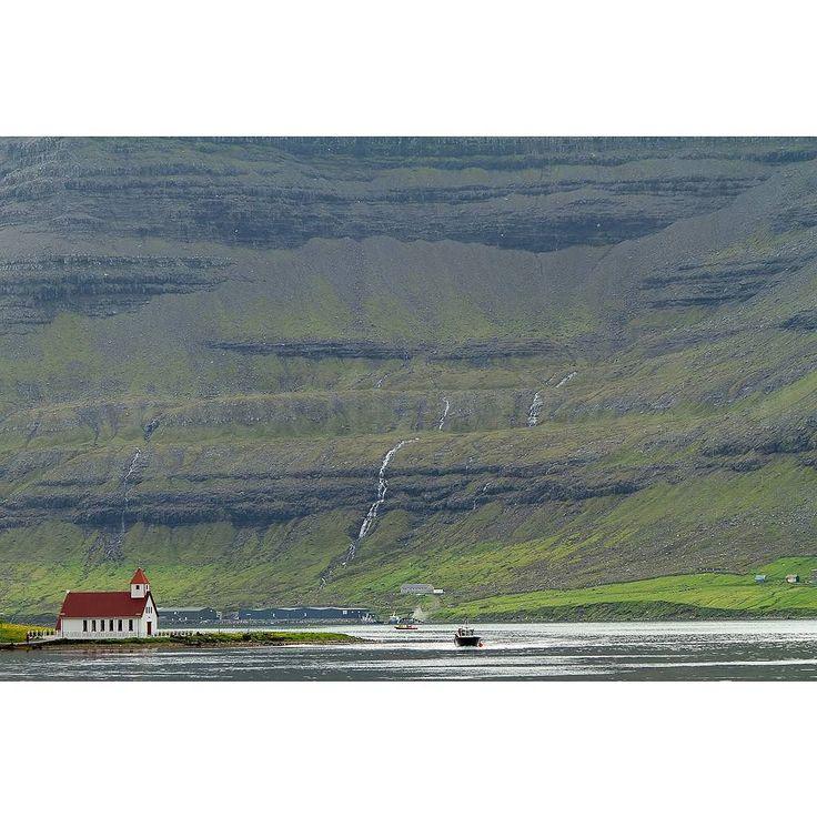 Onwaarschijnlijk mooi landschap op de Faeröer Eilanden. Lezersreis Moto73 Faeröer Eilanden: nog enkele plekken vrij Halverwege Denemarken - IJsland liggen de Faeröer Eilanden. Onwaarschijnlijk mooi: groen stil kleine weggetjes zuivere lucht. We genieten hier van de rust de ruimte en het landschap. 'Motorwandelen' is deze dagenhet devies. Het wordt een week om nooit te vergeten - want zo'n landschap vind je verder nergens. Voor de liefhebbers verzorgt Willem Laros (fotograaf en redacteur…