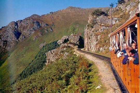le petit train de la rhune  Train à crémaillère vous conduisant en une demi heure de 169 à 905 mètres d'altitude. Vue époustouflante sur la cote basque et sur la chaîne de Pyrénées.