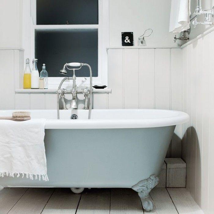 Scandinavinsch: licht, wit, zwart, grijs, hout, natuurlijke materialen - Badkamer met houten vloer   lambrisering en bad op pootjes.
