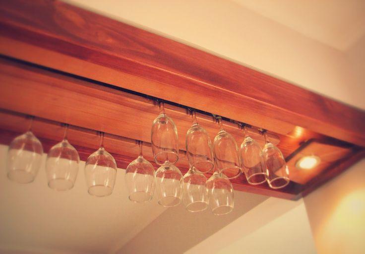 Mueble construido con madera maciza, uniones con tarugos de madera interiores, superficies limpias