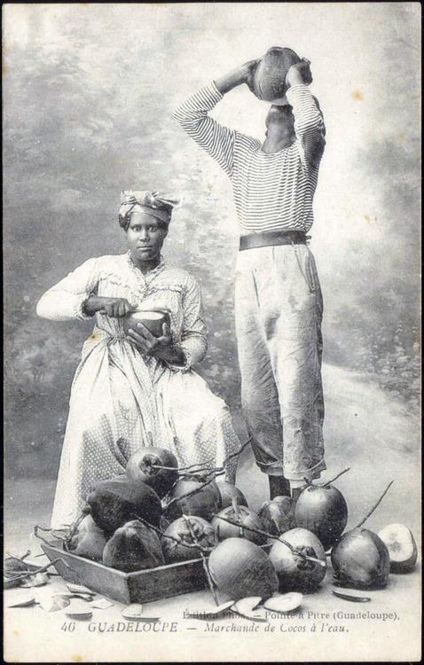 1920s Guadeloupe Coconut Seller Une petite eau de coco encore possible partout sur nos routes en Guadeloupe aujourd'hui
