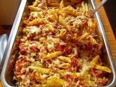 Hozzávalók:  1 csomag tészta (25 dkg) 1 vöröshagyma 60 dkg darált sertéshús 2 paradicsom 2 evőkanál paradicsomszósz bazsalikom 20 dkg reszelt sajt só, bors olaj…