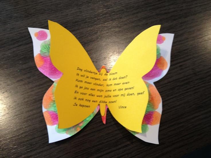 Druppeltjes verdunde verf met een druppelteller laten vallen op 1 vleugel van de vlinder. Daarna dichtplooien en goed wrijven.