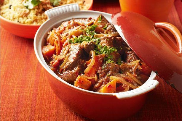 Πεντανόστιμημοσχαρίσια στηθοπλευράσιγομαγειρεμένη στη γάστρα με αρωματικά βότανα, πατάτεςσε σάλτσα ντομάτας. Ένα κρέας που λιώνει στο στόμα και μια μυρωδ