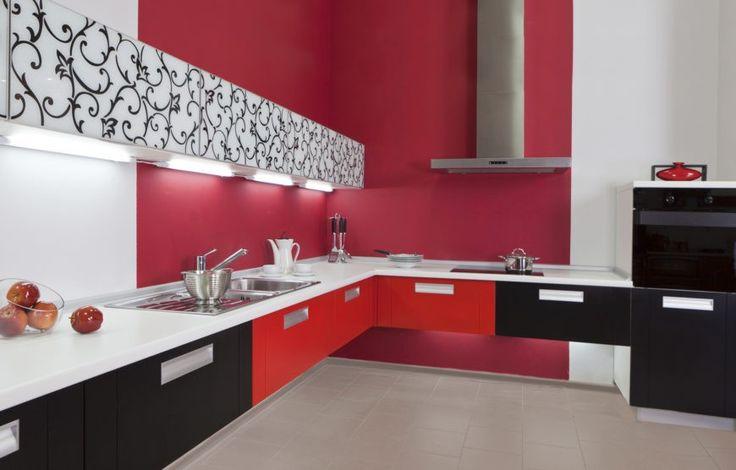 Diese L förmige Küche verwendet, schwarz, weiß und rot in seiner Farbgebung.