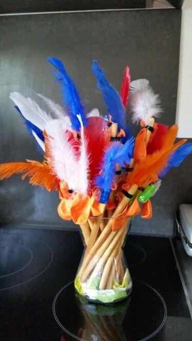 Traktatie met soepstengels, vingerlampje van de action,  ballon en een veer. Helemaal in de sfeer van oranje