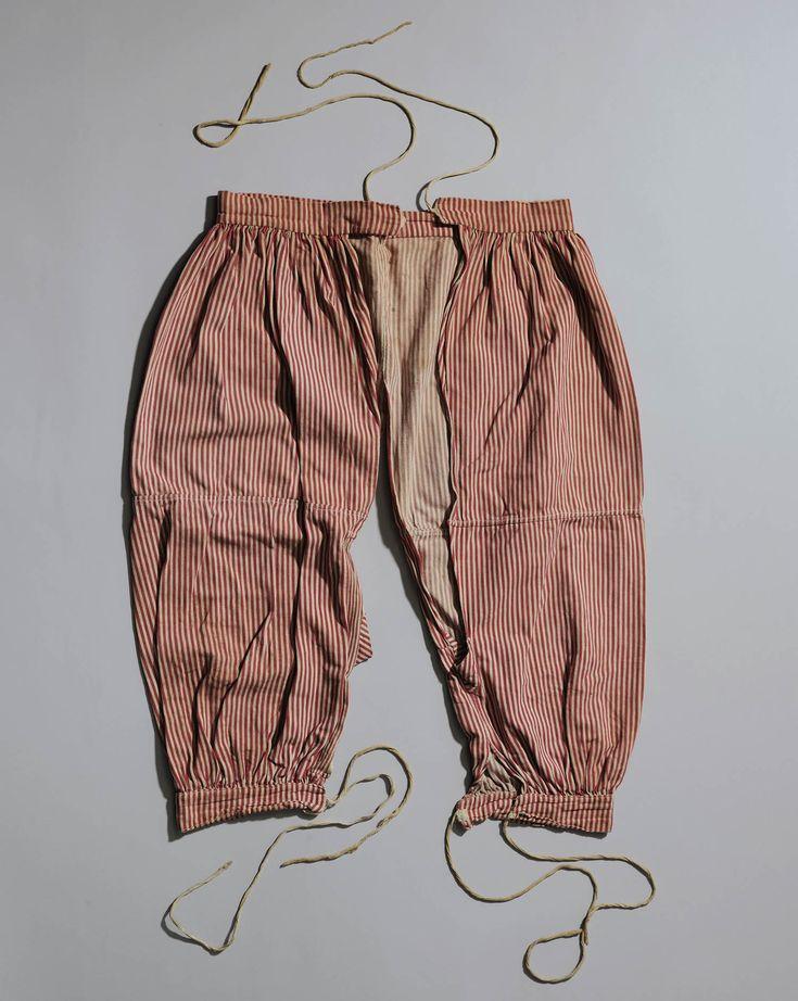 losse of open onderbroek, vrouw, Overijssel Na 1860 gingen ook op het platteland vrouwen een losse onderbroek dragen. De losse onderbroek bestaat uit twee losse pijpen, die aan een tailleband zijn gezet. Met de banden onder de knie werden de kousen opgehouden. In dialect werden de open onderbroeken in Overijssel ook wel 'lösse bokse' (open broek), 'lös rietuug' (open rijtuig) of 'scheigedientjes' (open of gescheiden gordijntjes) genoemd. #Overijssel