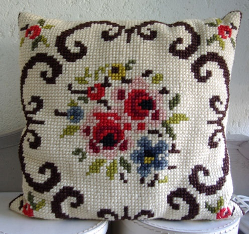 Embroidery cushion so soft and such bright colors. Love it. / Dit geborduurde kussen is zo zacht en de kleuren mooi helder. Ben er gek op.