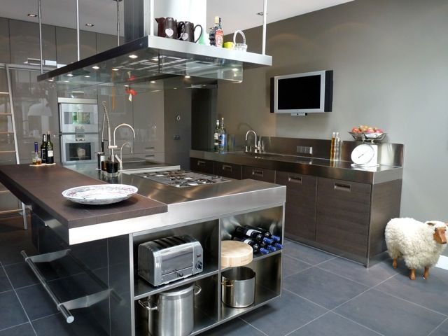 Arclinea Italia inox, solid ray and gray oak with inox worktop.