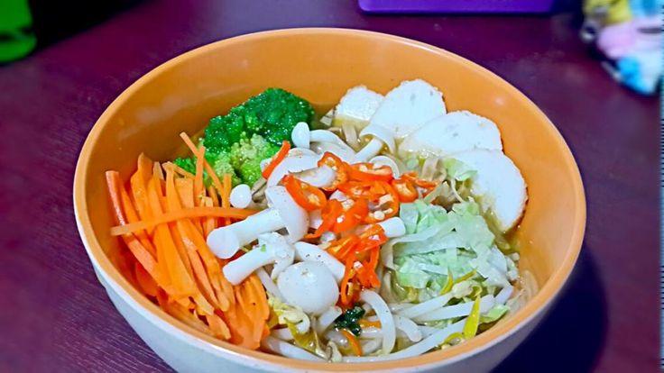 Shrimp Egg Noodle Tom Youm Soup  #shrimp #eggnoodle #shimeji #mushroom #brocolly #fishcake #carrot #beansprouts