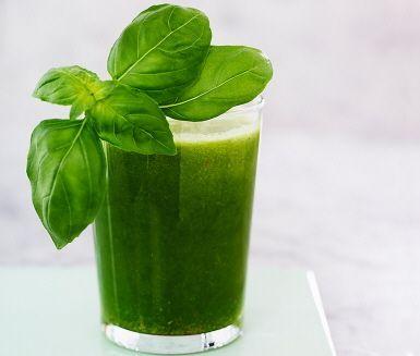 Vitaminboost! En grön juice med både basilika, päron, ananas och färsk spenat på ingredienslistan. Lika lättdrucken morgon som kväll för alla i familjen.