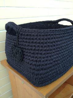 Como fazer cesta de crochê passo a passo, um lindo cesto de fio de malha com alça de duas cores. Aprenda fazer facilmente e tenha diversas ideias.