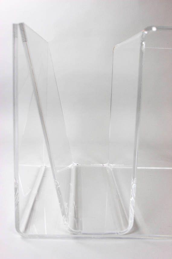 Midmodern Coffee Table, Plexiglas Zeitungsständer, Acrylglas Beistelltisch, Nachttisch, Lucite Table, Vintage Interior  Minimalistischer, praktischer Beistelltisch aus Plexiglas. Perfekter Begleiter, um Zeitschriften zu lagern oder als Beistelltisch neben dem Bett. Der schöne Tisch wurde