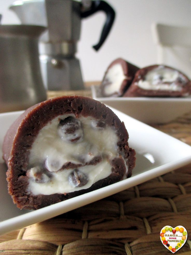 Il rotolo di pavesini al cacao si prepara in pochi minuti, facilissimo e cioccolatoso, e si gusta tagliato a rotolini. Senza cottura e senza sensi di colpa!