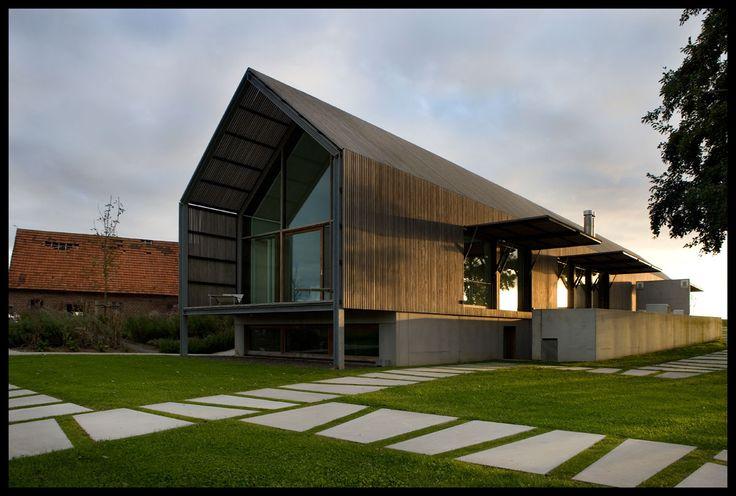 Werken met Souterain, aangezien je niet met verdiepen in de hoogte kan werken. The Barn House - Belgium, with external sunshades to the south.