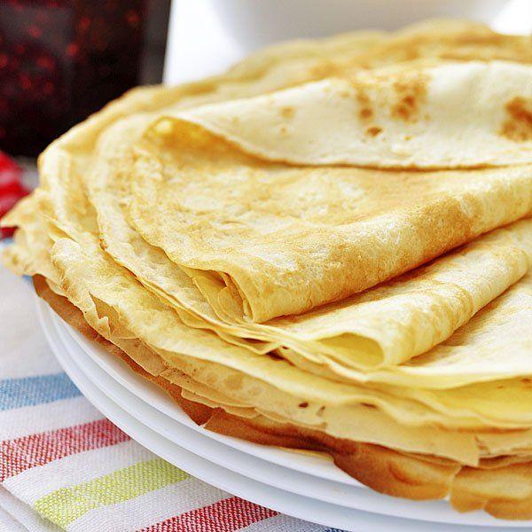 Filloas gallegas. Ingredientes: 1 l. de agua, 500 gr. de harina, 100 gr. de azúcar, 2 huevos, mantequilla y Sal