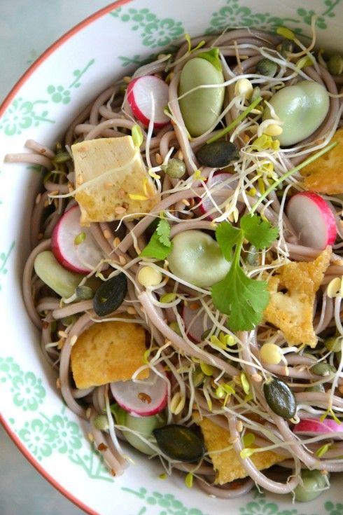 Salade printanière de nouilles soba aux graines germées, fèves et tofu sauté  http://www.lesrecettesdejuliette.fr/article-salade-printaniere-de-nouilles-soba-aux-graines-germees-feves-et-tofu-saute-sans-gluten-123261679.html