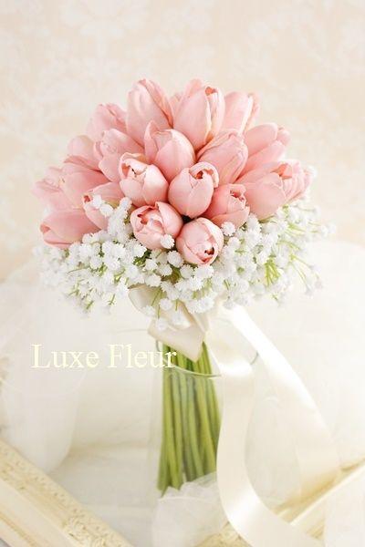 チューリップとカスミソウのクラッチブーケ | ウェディングブーケの販売 Luxe Fleur