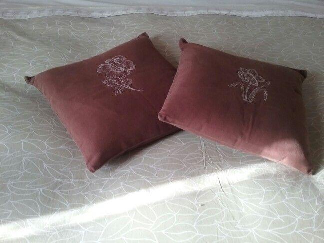 Cuscini in lino color cioccolato con fiori ricamati a macchina