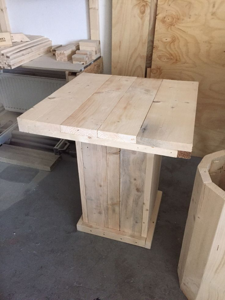 Vierkant tafeltje gemaakt van steigerhout