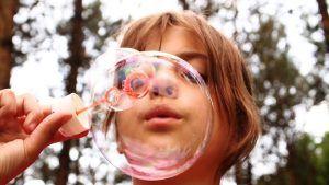 Bolle di sapone . Le bolle di sapone piacciono a tutti i bambini. Fare le bolle di sapone in casa è un gioco da ragazzi: occorre solamente dell'acqua e un po' di detersivo per i piatti.