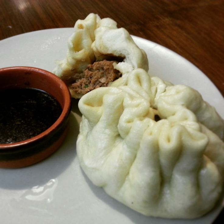 Baozi (panini cinesi ripieni al vapore) – di Louise Pénaud Per la pasta: -500g farina 00 -2 cucchiaini di lievito secco -1 e 1/2 cucchiaini di lievito instantaneo -50 g zucchero -2 cucchiai d…