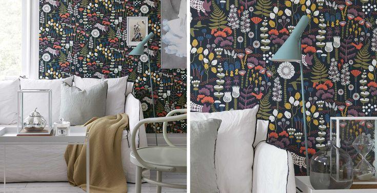 Boråstapeter - Wonderland Hoppmosse. Wonderland är en tapetkollektion från Boråstapeter där varje mönster är en lekfull berättelse ur fantasins oändliga värld. Mönstrad tapet finns att köpa på Stuvbutiken. Naturmönstrad tapet. Färg: Lila, Vit, Grön, Orange, Gul, Svart