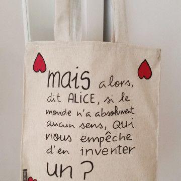 Tote bag de loneta de algodón de color crudo con frase de Alicia en el País de las Maravillas en francés. Hecho y pintado a mano.