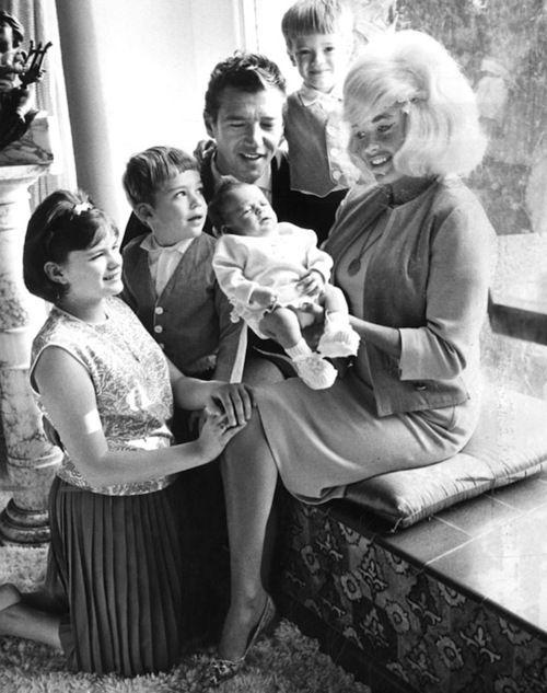 Jayne mansfield and baby mariska hargitay surrounded by for Jayne mansfield and mickey hargitay