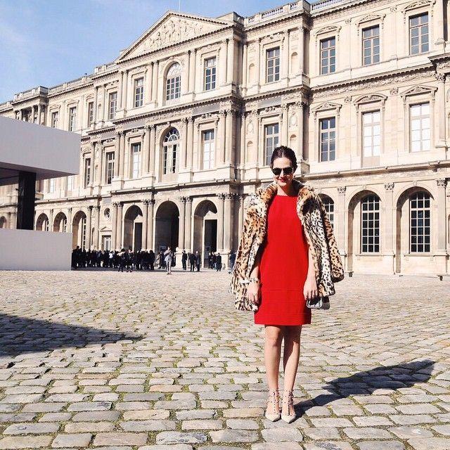 """Today's =  Vestido vermelho @mixed_brazil + batom vermelho Ruby Woo (adoro essa modalidade """"duplo vermelho""""), casaco de onça peludo H&M e óculos Karen Walker do outro dia e o sapato @maisonvalentino de ontem!  @maximsap"""