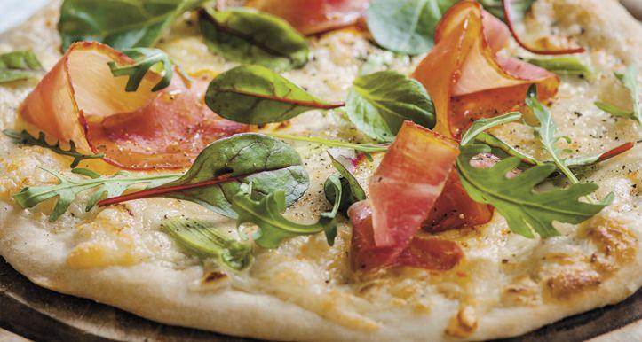 Hvit pizza med spekeskinke