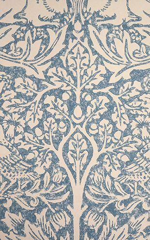 近代デザインの創始者と謳われる19世紀のイギリスで最も傑出した芸術家、デザイナー、詩人。イギリスの産業革命後の機械化による大量生産と職人軽視の時代のなか、装飾芸術の分野で手仕事の重要性を強調しました。「美しいと思わないものを家においてはならない」と語り、手仕事から生まれる自然に根ざした美しさを発表し続け、草花や樹木をモチーフとしたファブリックスや壁紙は今も新鮮な魅力に満ちています。彼が残したデザインから生まれるコレクションは、今日も世界中の人々へ不変の美しさを届けています。