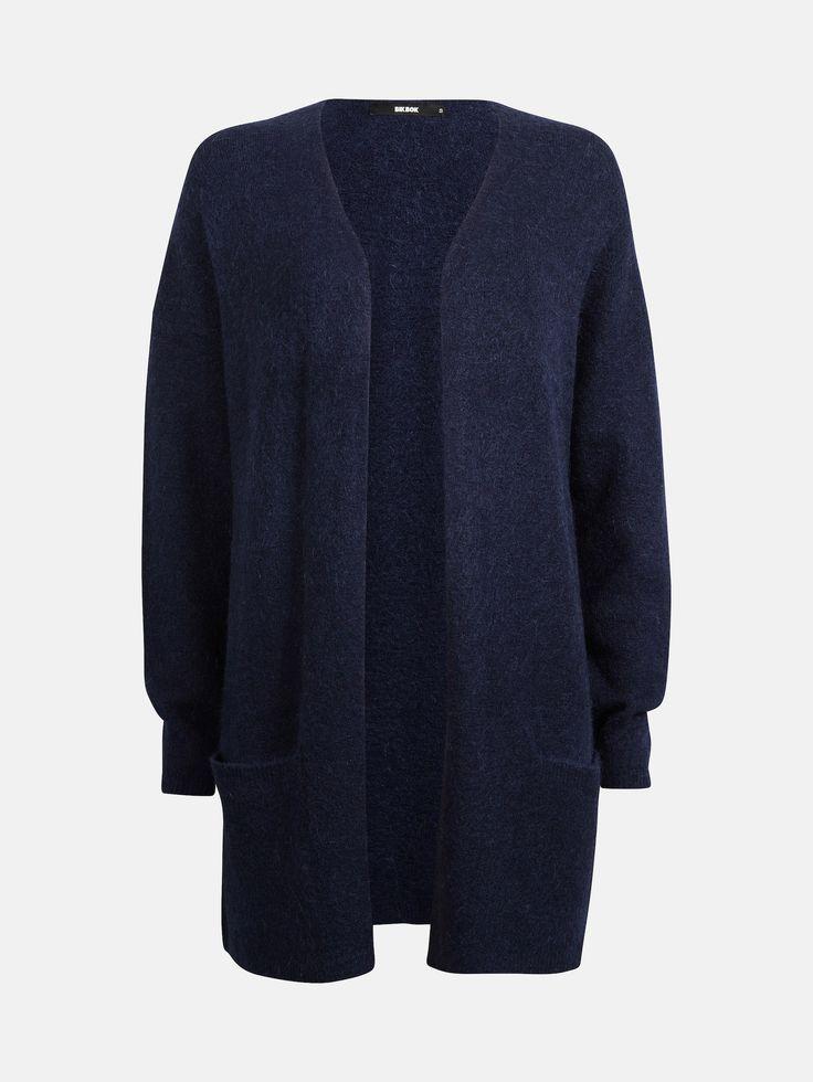 Løstsittende cardigan med lommer. Åpen foran. Inneholder ull og mohair.  Blå