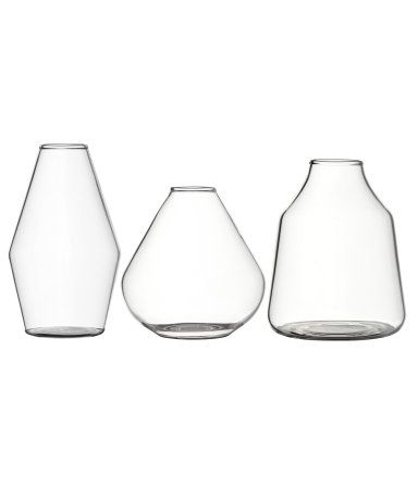 Minivaser i klarglas i olika utföranden och storlekar. Höjd 7-9 cm, diameter upptill ca 2 cm.