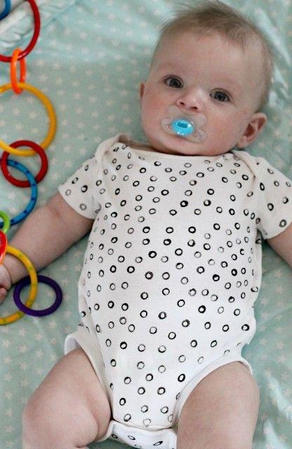 Easy DIY: Zelf je rompertje bestempelen baby onesie crafts - Mamaliefde.nl