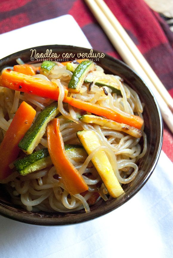 La ricetta cinese dei Noodles con verdure, semplicissima e pronta in 15 minuti! Vegana, senza glutine e da servire ancora fumante, davvero buonissima!