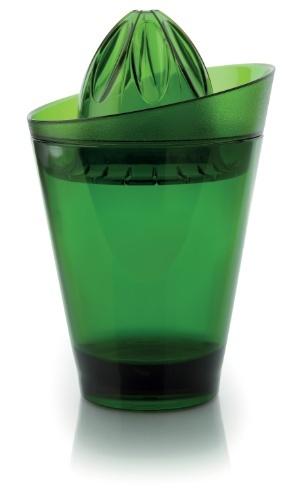 O espremedor Vitra, de acrílico, tem aba mais alta, impedindo que resíduos dos cítricos caiam fora do copo. Ao remover o espremedor, o recipiente pode ser usado como copo, com capacidade para 750 ml. Por R$ 29,90. Preços pesquisados em junho de 2012 e sujeitos a alterações