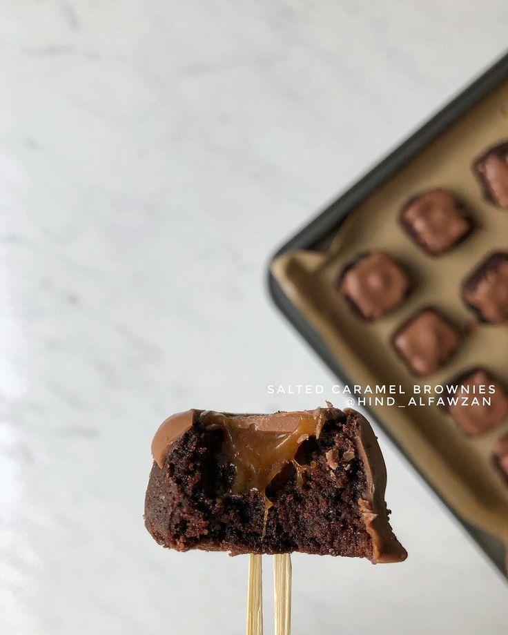 هند الفوزان On Instagram مكعبات البراوني بالكراميل Hind Alfawzan المقادير والطريقة خليط براوني بالشوكولاتة جاهز ي حض ر مثل م Food Desserts Brownie