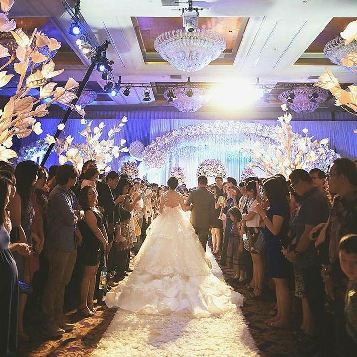 """""""The wedding entrance @vrisgiefansca @erick16g Photo by @mokowong  #mokoriophotography #riophotographyteam #riomotret #riophotography"""""""