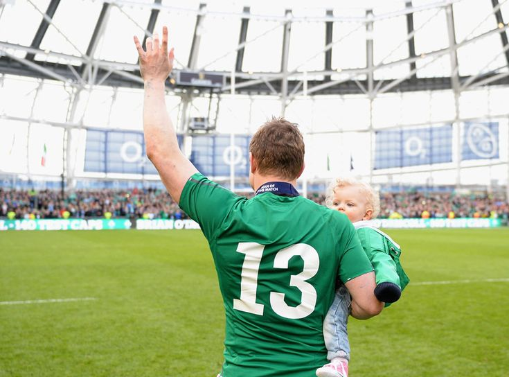 Brian O'Driscoll waves goodbye to the Dublin crowd