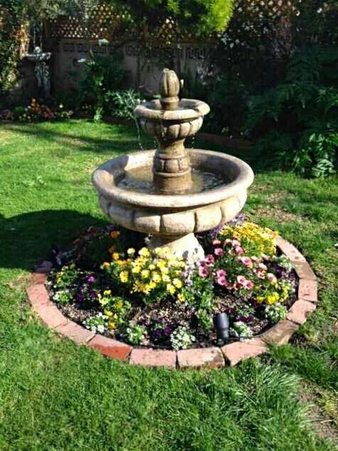 Pileta para el jard n con flores alrededor fuentes agua for Como hacer una fuente de agua para jardin