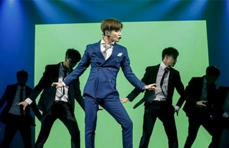 'MOVE' Taemin in suit and with male backup dancers....