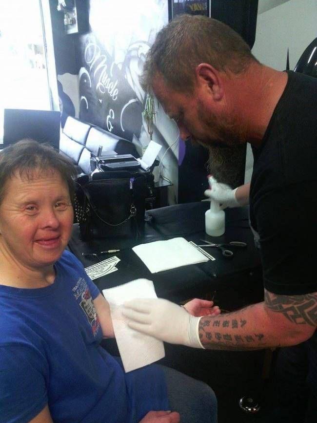 """從4個月前的那一天開始,Suzy每週五都會來到Jason的刺青店,而Jason便會免費為她""""刺青""""。Suzy患有唐氏症,她喜歡在回到職訓中心前換上新的刺青。Suzy特別喜歡毛利的圖騰,因為她在職訓中心有一個朋友的手臂上也有圖騰式的刺青,她每個禮拜都會給朋友看她的新刺青。"""