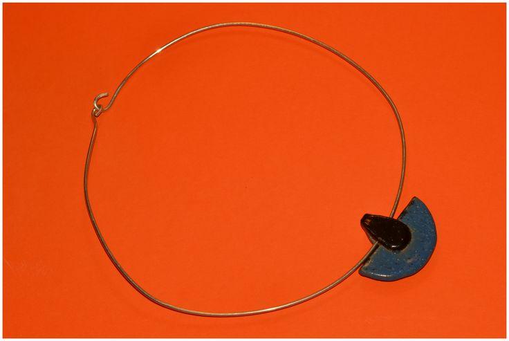 Naszyjnik wykonany z srebrnego drutu grubości 2mm (próba 930) oraz ceramicznego elementu.