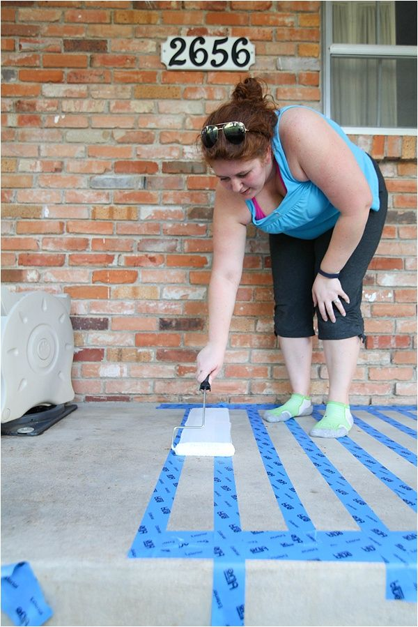 I had NO IDEA you could paint concrete! This concrete painted rug is so cute and exactly what i need to make our boring patio a bit more inviting and fun. I can definitely spend an hour or two to do this.