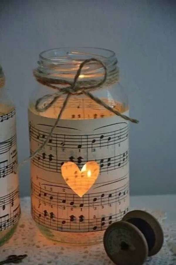 Jolie lanterne en verre avec des partitions de musique.  11 Idées déco avec du papier de récupération