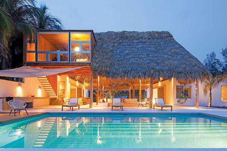 Situada en El Salvador, esta casa destaca por abrirse completamente hacia el exterior y conectarse con el paisaje circundante.
