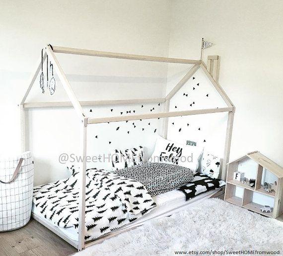 Montessori enfant lit maison est un incroyable lit crèche où peut dormir et jouer. Cette adorable maison en bois va faire la transition d'un lit de chambre d'enfant sur un lit en douceur. Lit est conçu suivant les principes de l'éducation Montessori de l'indépendance, l'apprentissage et la construction, il vous permet d'économiser beaucoup d'espace dans la chambre enfants et vous n'avez pas à craindre que votre bébé pourrait rouler hors du lit.  MATIÈRE: Lit de maison en bois est fabriquée…