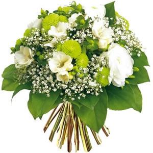 Bouquet rond composé de freesias, renoncules, santinis, hypericum et gypsophile. #mariage